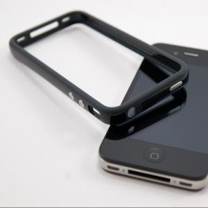 Z akého dôvodu bol predstavený bumper k iPhonu 4?