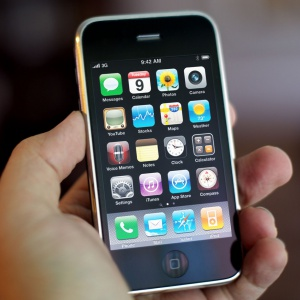Čo pôvodne znamenal prefix i v názve iPhonu?