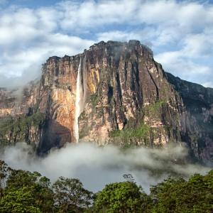 V ktorej krajine sa nachádza Angelov vodopád - najvyšší vodopád na svete, ktorý dosahuje výšku 979 metrov?