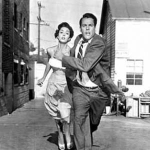 Jakou metodou chtěli mimozemšťané v Invazi lupičů těl (1956) převzít moc nad lidstvem?