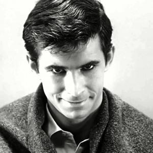 Jakým způsobem sprovodí ze světa Norman Bates krásnou Marion Crane v legendární scéně z hororu Psycho (1960)?