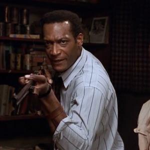 Jak se jmenuje hlavní protagonista filmu Noc oživlých mrtvol (1990)?