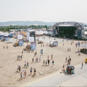 Kde sa mal pôvodne konať prvý ročník festivalu?