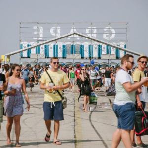 Koľko prenosných toaliet využili organizátori ako vstupné priestory do areálu, kde sa festival konal?