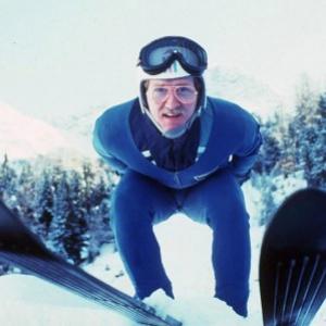 Olympiáda Calgary, rok 1998. Britský športovec, ktorý sa predstavil v skokoch na lyžiach. Exot, ktorý si svojou bezprostrednosťou získal sympatie divákov. Nikto mi nepovie inak ako Eddie The Eagle, teda orol: