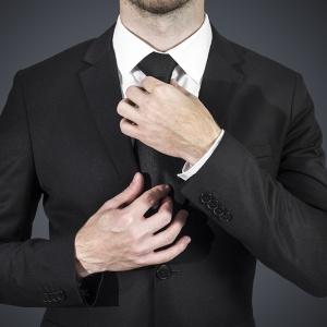 Pri decentnom bozkávaní ruky sa mužovi pery ženskej ruky
