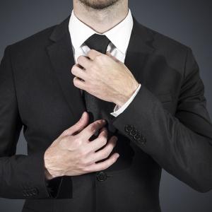"""Ak je na pozvánke uvedené """"black tie"""", oblečieme si?"""