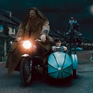 Ve filmu Harryho při přesunu k Weasleyovým v 7. části Smrtijedi poznali díky Hedvice, jak tomu bylo v knize?
