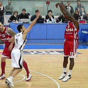 Kedy sú v basketbale hráčovi nariadené tri trestné hody?
