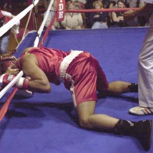 Pokiaľ boxer po zásahu súpera ostane na zemi, do koľko počíta rozhodca?