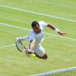 Na ktorom tenisovom turnaji sú hráči podľa oficiálneho dresscodu oblečení v bielom?