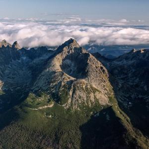Koľko vrcholov v Tatrách je vyšších ako 2 000 metrov nad morom?