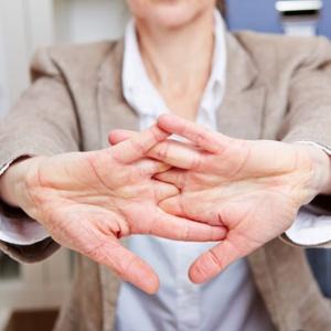 Pukanie prstov nemá súvis so vznikom kĺbových ochorení