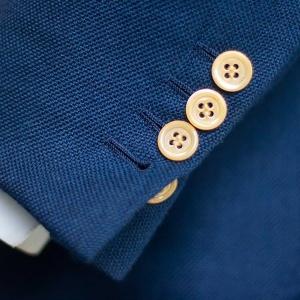 Koľko gombíkov by mali mať rukávy na saku?
