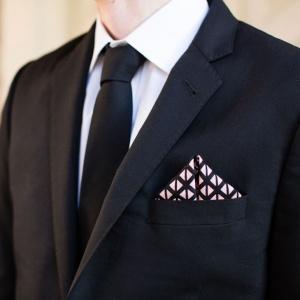 Je ozdobná vreckovka na saku povinnosťou?
