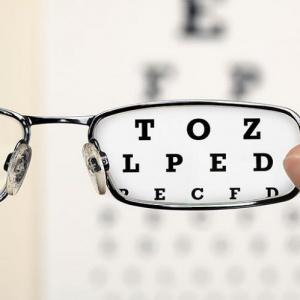 Medzi refrakčné chyby oka nepatrí