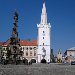 Ve kterém městě stojí tato atypicky bílá radniční věž?