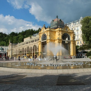 Ve kterém městě se nachází tato známá kolonáda s fontánou?