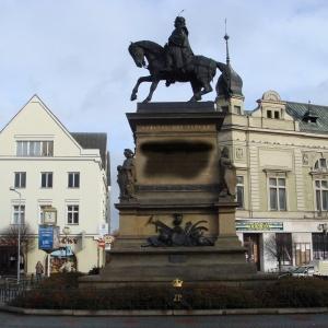 Ve kterém městě stojí tento pomník slavného českého panovníka?