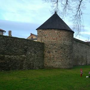 Které město se může pochlubit zbytky zobrazeného gotického opevnění?