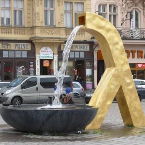 Na náměstí kterého krajského města se nachází tyto bronzové kašny neobvyklého tvaru?