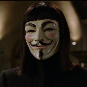Kto si strihol maskovaného muža menom V vo filme V ako vendeta?