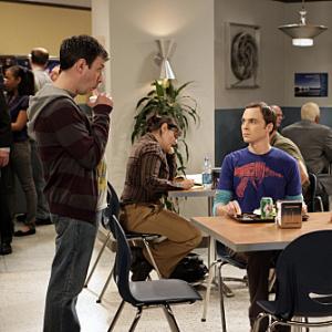 Ako sa volá univerzita, na ktorej pracujú Sheldon, Leonard, Raj a Howard?