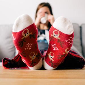 Jsou povolené barevné ponožky?