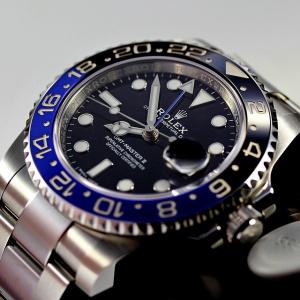 Jsou povoleny náramkové hodinky nebo náramek?