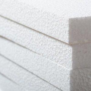 Patrí biely polystyrén do koša na plasty?