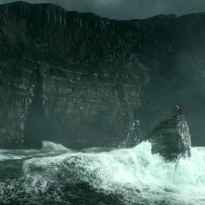 Ktorým zaklínadlom vytvoril Dumbledore priestor v ohni, aby mohli s Harrym uniknúť z jaskyne?