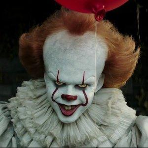 Kto stvárnil desivého klauna v horore It z roku 2017?