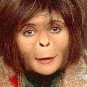 Ari sa objavila v Planéte opíc z roku 2001. Kto si ju zahral?