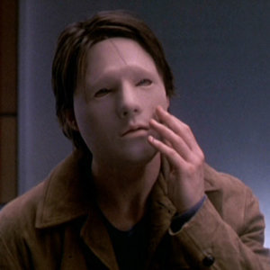 Kto nosil kvôli automobilovej nehode túto masku?