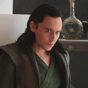 Podobu kterého člena Avengers na sebe vzal Loki v druhém Thorovi?