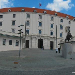 Koľko pôvodných veží má Bratislavský hrad?