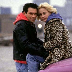 Kto režíroval film Pravdivá romanca, ku ktorému napísal Tarantino svoj prvý scenár?