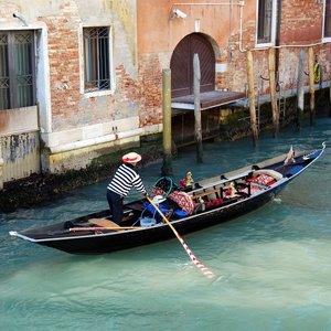 Je pravda, že zákon prikazuje, aby boli všetky gondoly v Benátkach čierne?