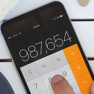 Ako v aplikácii Kalkulačka vymažeš jeden znak?