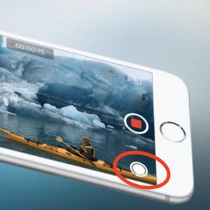 Načo slúži biele tlačidlo zobrazujúce sa počas natáčania?