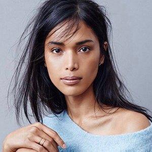 Je na fotografii ženská modelka alebo transgender modelka?