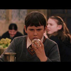 Neville je známy svojou zábudlivosťou. Pravidelne napríklad zabudol preskočiť miznúci schod na jednom zo schodísk v hrade. Rovnakú chybu urobil v štvrtom ročníku aj Harry. Zasekol sa medzi schodmi a niečo veľmi dôležité stratil. Čo to bolo?
