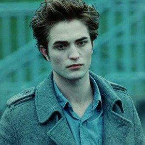 Kolik let je Edwardovi v prvním filmu ságy? (Počítáme i počet let, které si odžil jako člověk)