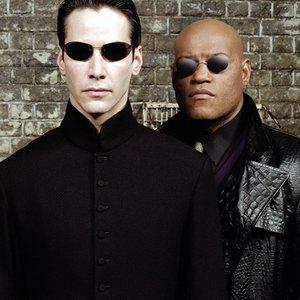 Kedy premiérovalo Matrix: Reloaded? (Nápoveda: Revolutions premiérovalo v roku 2003)