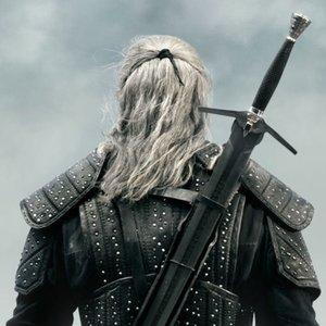 Nosil Geralt v seriáli jeden alebo dva meče?